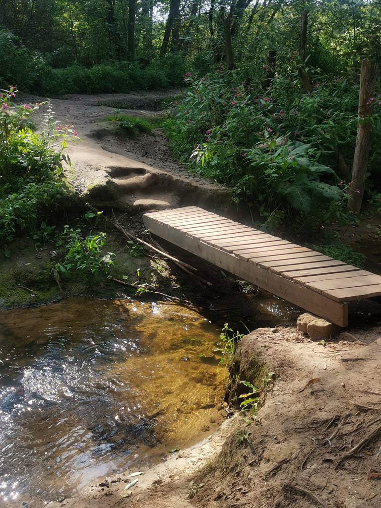 Через ручеек впадающий в Рожайку перекинули новый мостик, раньше его роль исполняла пара бревен.