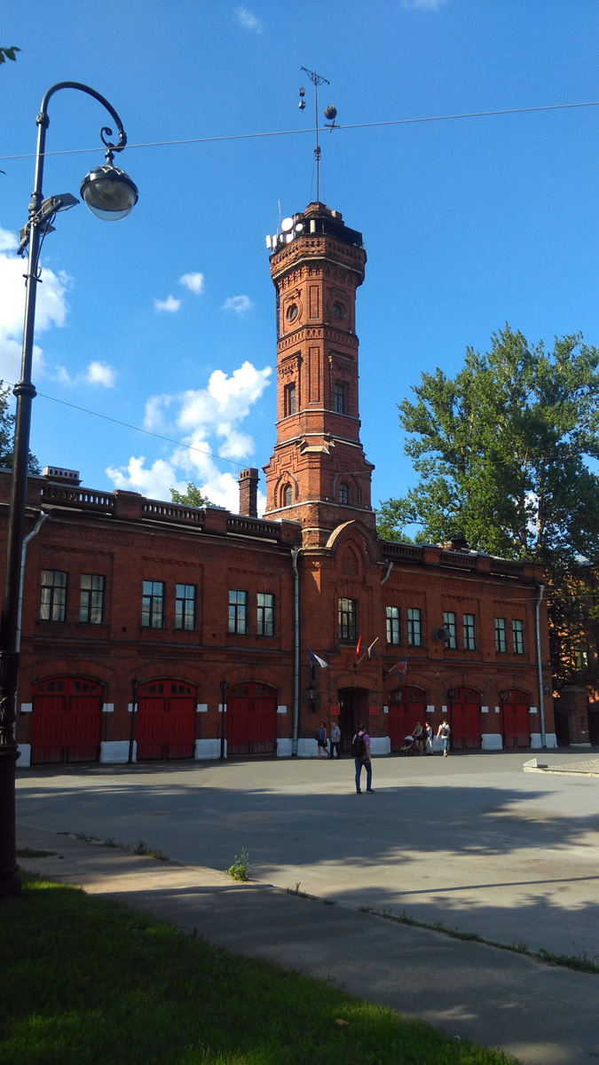 Пожарная часть на Васильевском острове является одной из старейших в Петербурге. Кирпичное здание с пожарной башней было построено в 1882-1884 годах по проекту архитектора В. Г. Шаламова.