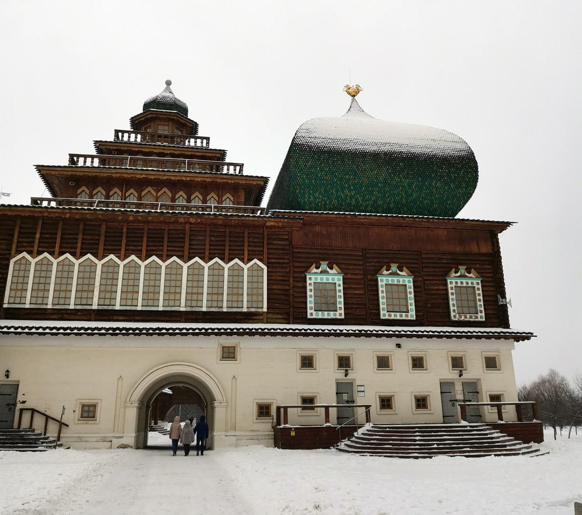 Дворец царя Алексея Михайловича восстановлен по старинным чертежам в 2009 году. Железобетонный каркас с обшивкой из бревен.