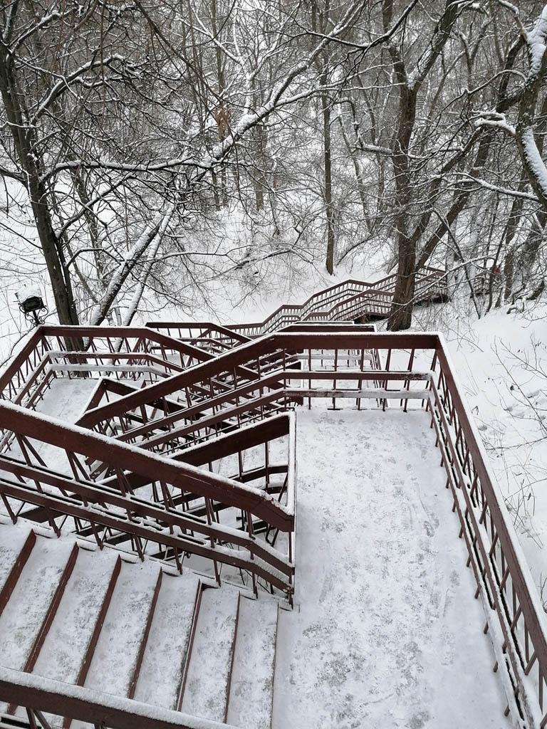 На крутых склонах оврага построено несколько лестниц.