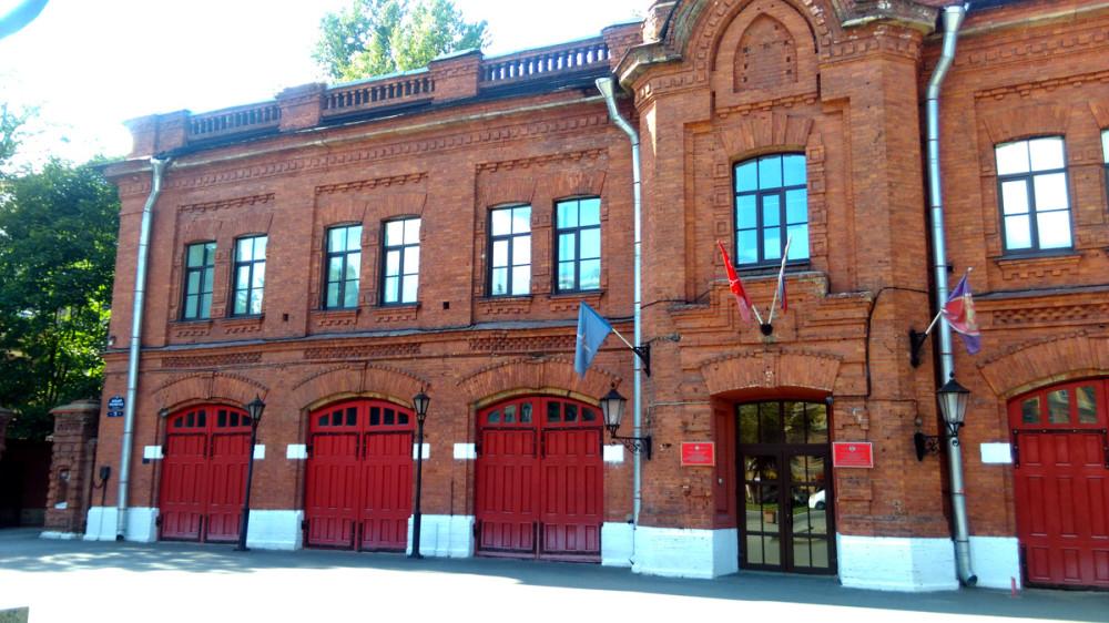Слева и справа от каланчи расположены ворота пожарных выездов.