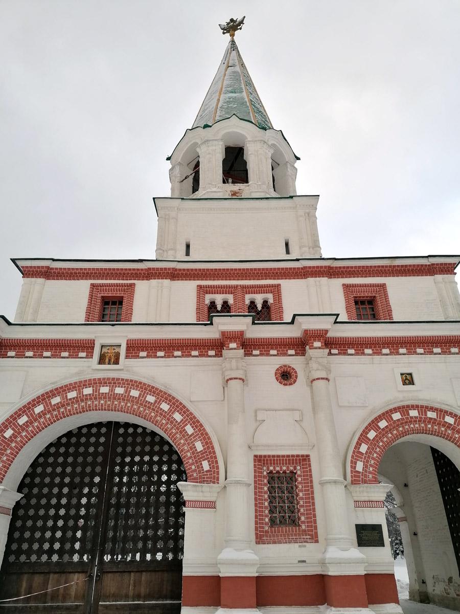Передние ворота. Были построены в период правления царя Алексея Михайловича в 1673 году. Это были главные ворота летней царской резиденции, так как парадный въезд на Государев двор в то время осуществлялся со стороны реки Москвы.