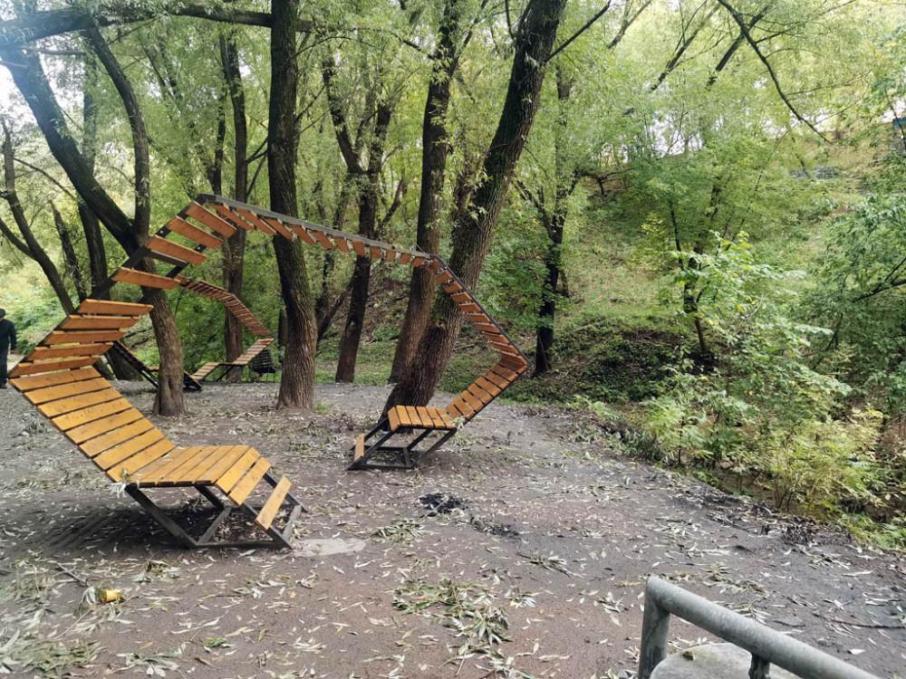 В пойме обустроили зону тихого отдыха с перголами, скамейками и тп...