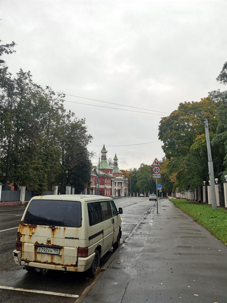 Усадьбу Черемушки-Знаменское разделяет Большая Черемушкинская улица. Справа в основной части находится Институт теоретической и экспериментальной физики имени А. И. Алиханова, а слева конный двор.