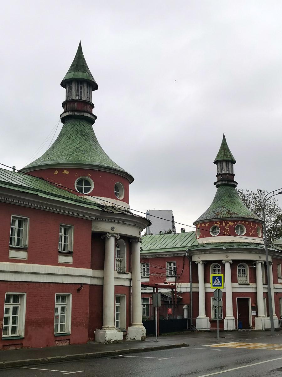На территории Конного двора расположен научно-исследовательский институт паразитологии животных и растений имени академика К. И. Скрябина.
