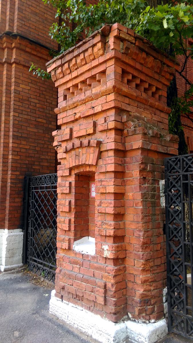 Со стороны Большого пр. была установлена металлическая ограда с декоративными кирпичными столбами.
