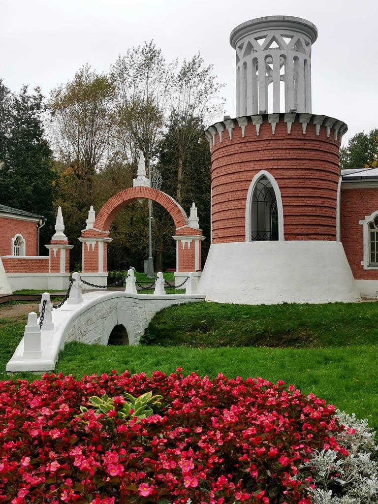 Ворота и башни Воронцовского парка построены в последней четверти XVIII века. Отреставрированы в июне 2007 года.