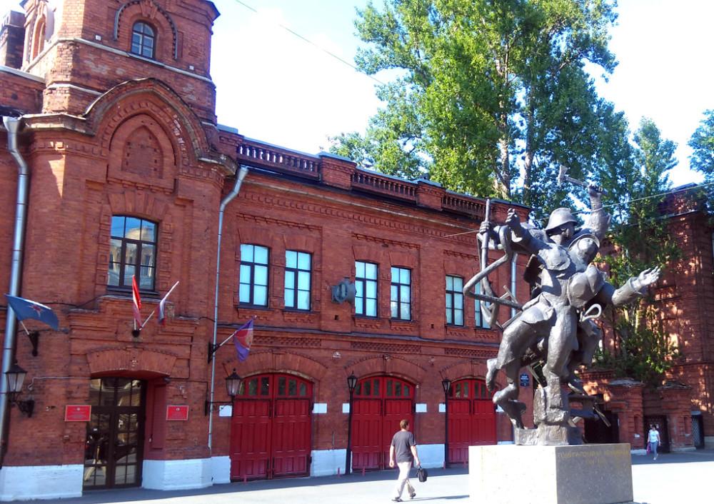 В 1995 году напротив здания пожарной части Васильевского острова была скульптурная группа — памятник подвигу пожарных Ленинграда работы скульптора Л.К. Лазарева и архитектора В.В. Попова. Памятник был создан в 1983 году, до 1995 года располагался во дворе.