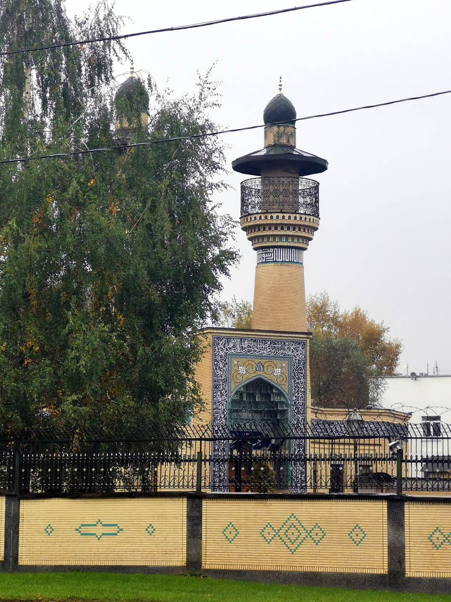 По пути зашли посмотреть Мечеть при посольстве  Исламской Республики Иран. Разумеется, через ограду...