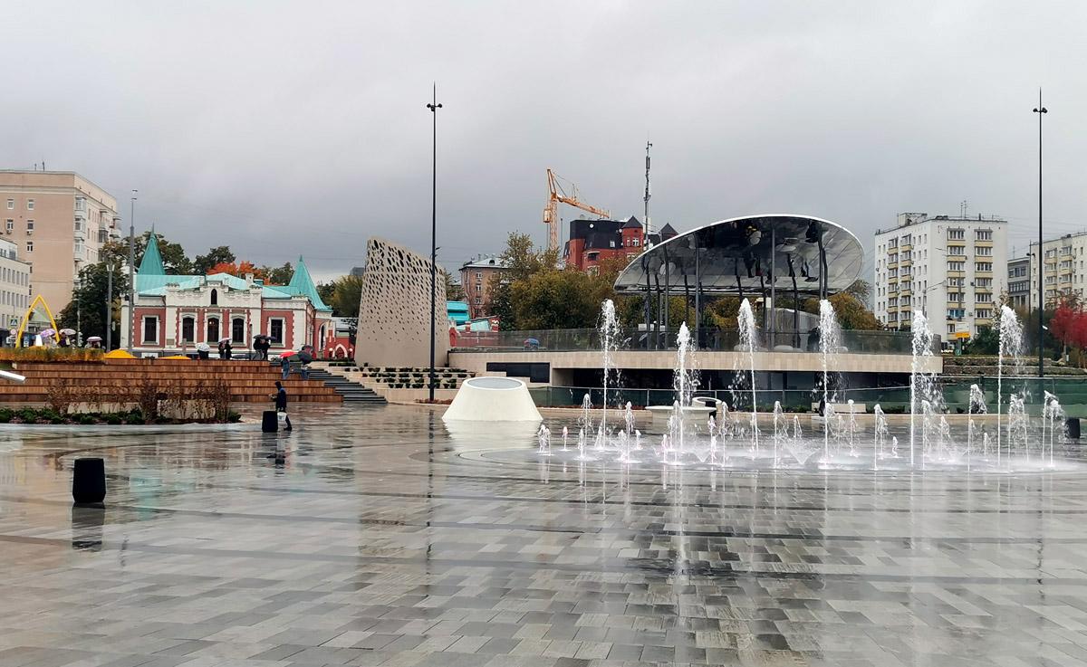 И в конце прогулки решили заглянуть на недостроенное, но уже открытое новое пространство перед Павелецким вокзалом... Самое красивое здесь это Особняк А.А. Бахрушина расположенный через дорогу.