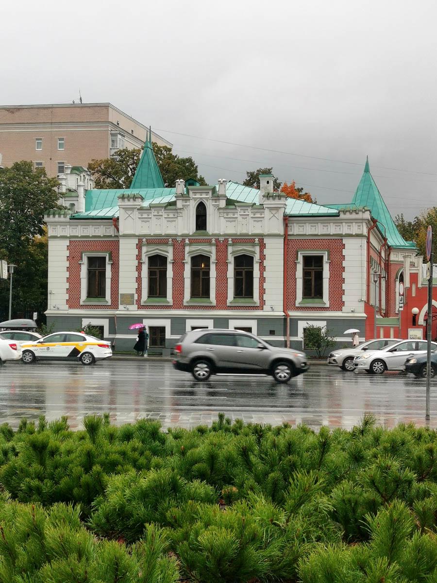 Бывший особняк А.А. Бахрушина, а ныне Театральный музей. Построен в 1895—96 годах. Архитектор К.К. Гиппиус. В 1937—38 годах надстроен и сооружена пристройка. Архитектор И.Е. Бондаренко.