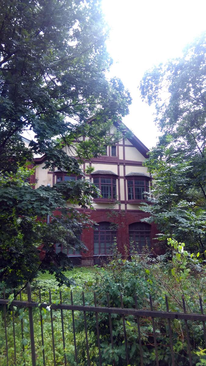 Фасады частью облицованы красно-коричневой керамической плиткой, частью оштукатурены. Второй этаж и мансарды декорированы под фахверк. На этом и следующем фото северный фасад.
