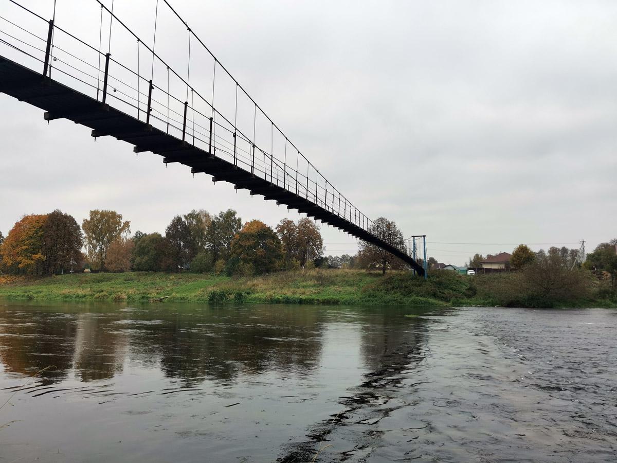 Подвесной мост через реку Москву. Мост является «межрайонным» - связывает Одинцовский и Рузский районы. Один из самых длинных пешеходных подвесных мостов Подмосковья. А мы пока не идем по мосту, а держим путь в усадьбу Щербатовых.