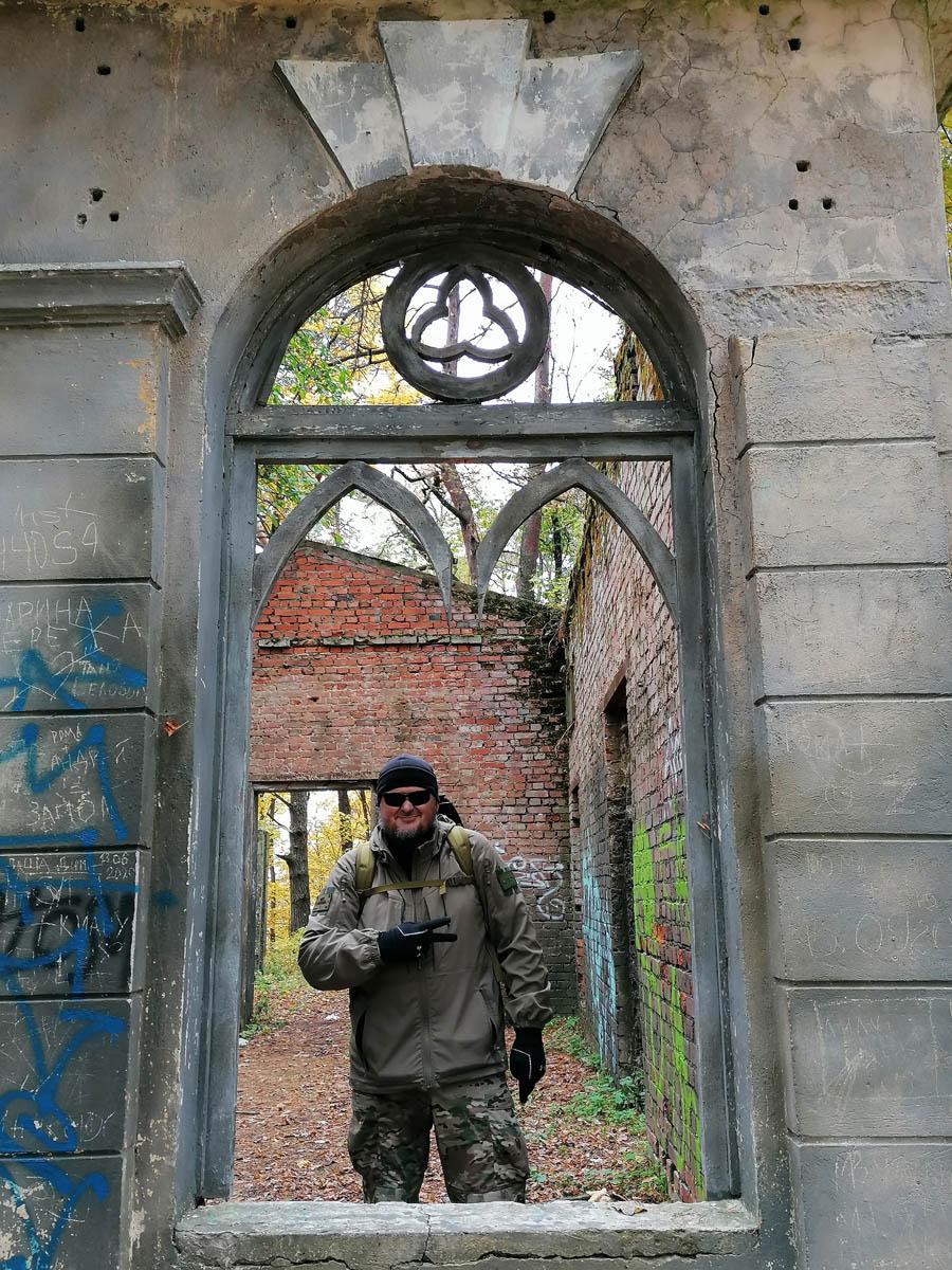 Автор в окне руин усадебной оранжереи
