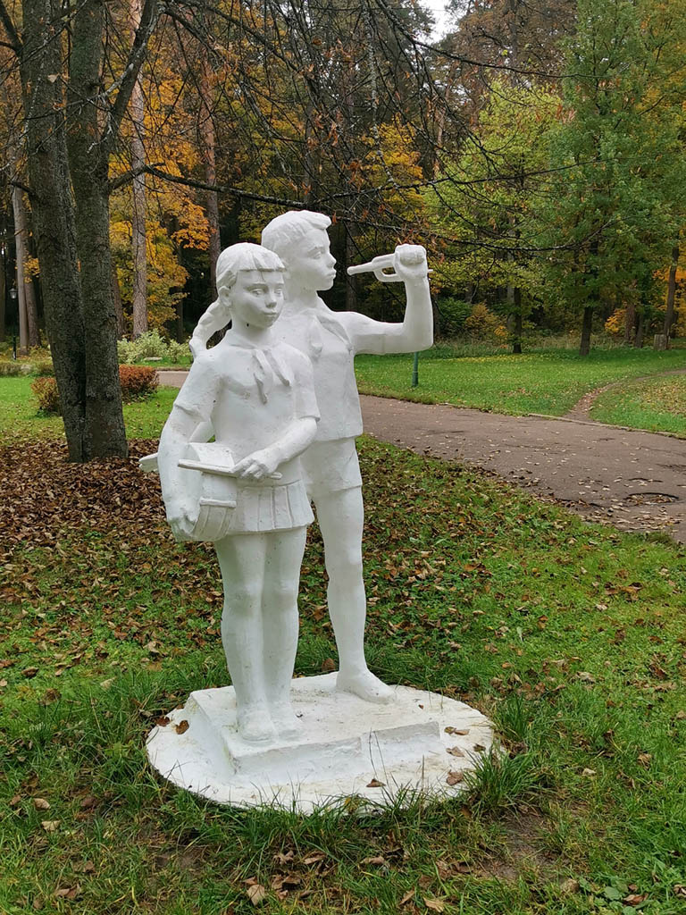 Перед 2-м корпусом пансионата несколько скульптур.  Мальчик курит вэйп... Нет, конечно, пионеру сломали горн. Вот бы сломать руки этому вандалу.
