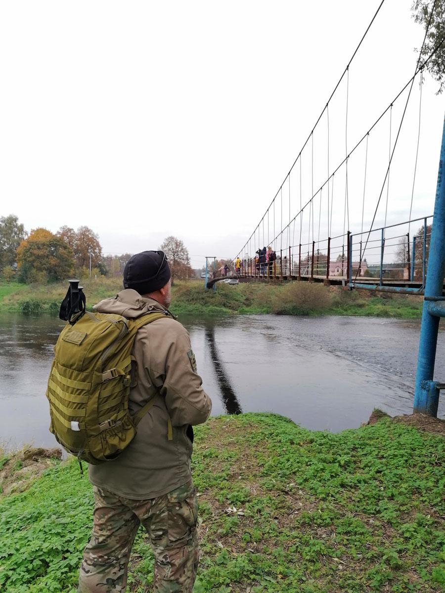 На мосту собралось много народу. Ждем пока часть из них перейдет на другой берег и тоже ступаем на раскачивающийся мост...