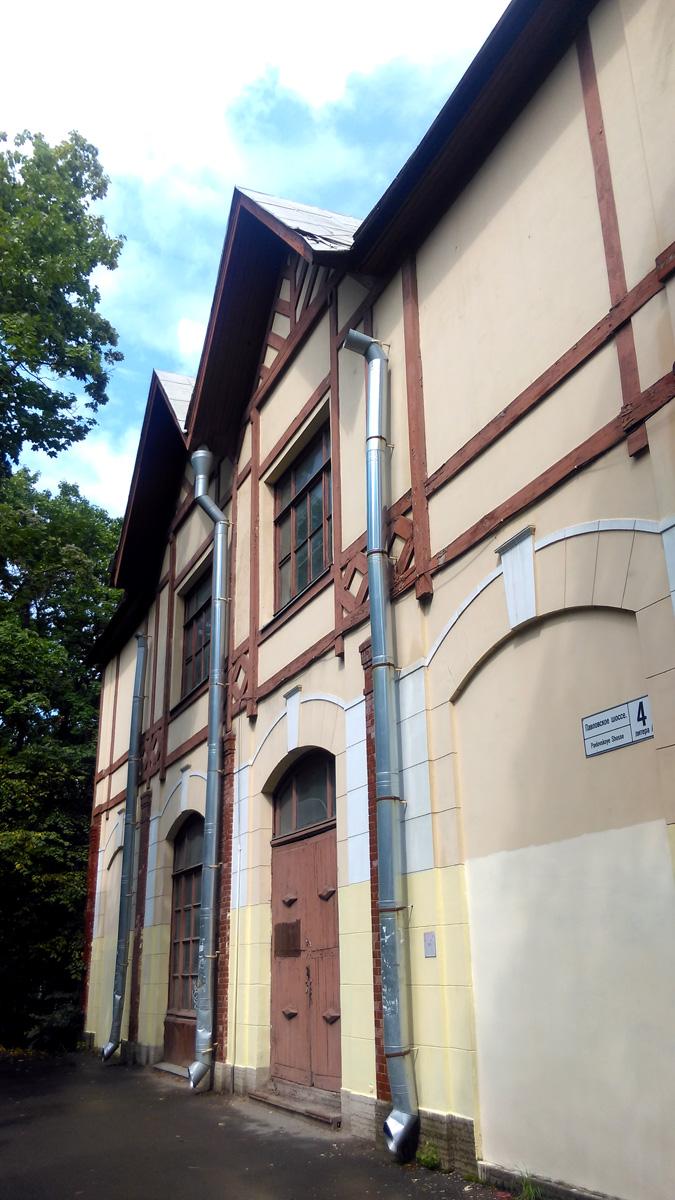 Западный фасад. В 2011 году фасад здания был отремонтирован. Но тогда же был закрыт и уже не открывается последние годы находившийся там строительный магазин.