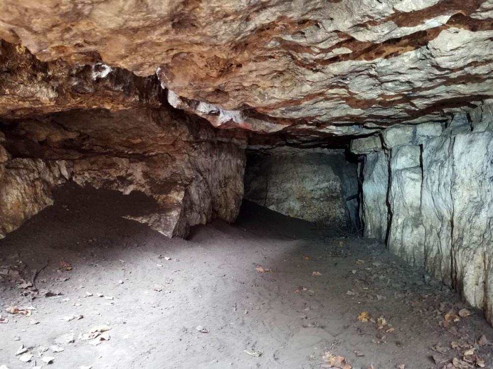 Небольшая по глубине и высоте пещера. Если я правильно понял. это и есть, так называемая Пещера Гадюки.