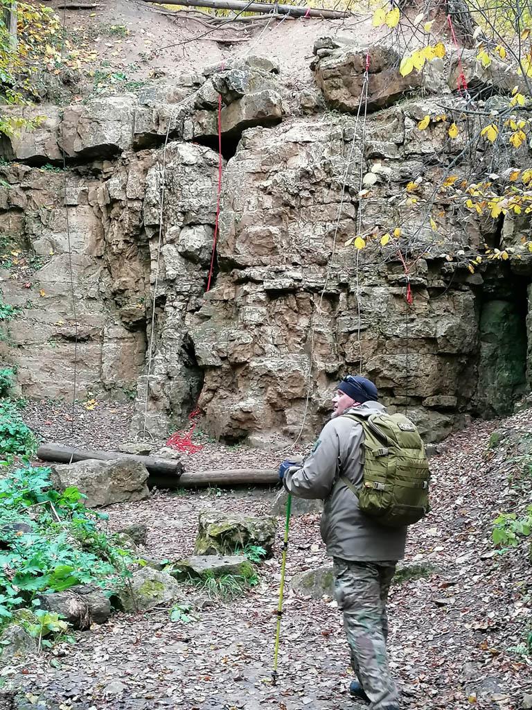На скальных выходах провешены веревки скалолазов. Мы встретили несколько команд по 10-15 человек проводивших здесь тренировки.