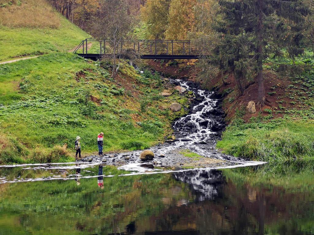 На правом берегу фотогеничный ручей бежит по камням. Но это не горный ручей, а Водосток Тучковских очистных сооружений...