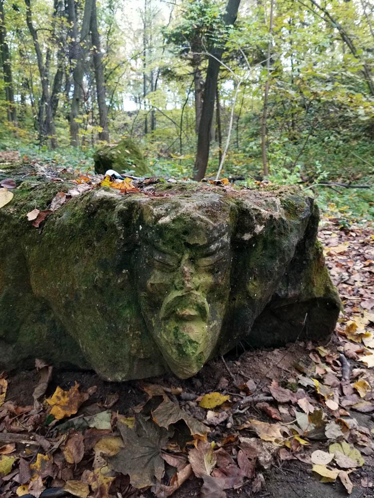 Идол высеченный на камне. Когда видел его на фотографиях, то думал, что он достаточно большой. Поэтому чуть не прошел мимо него. На самом деле, он гораздо меньше. Камень на котором высечено лицо по размеру как небольшой низкий столик.