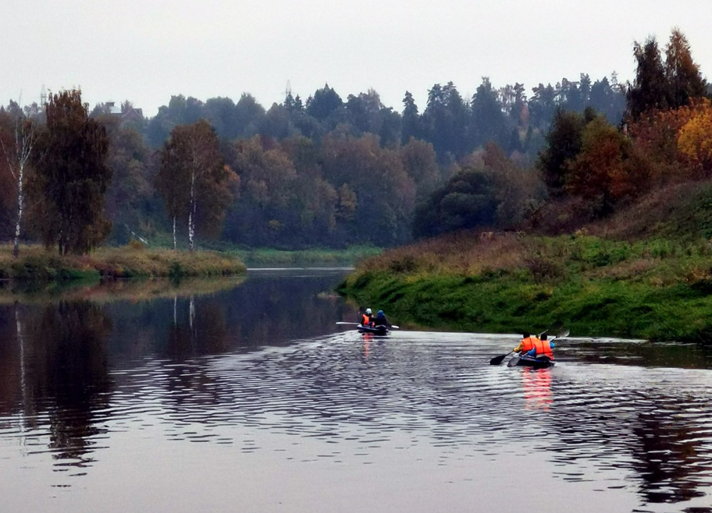 За все время похода вдоль реки встретили только две байдарки...