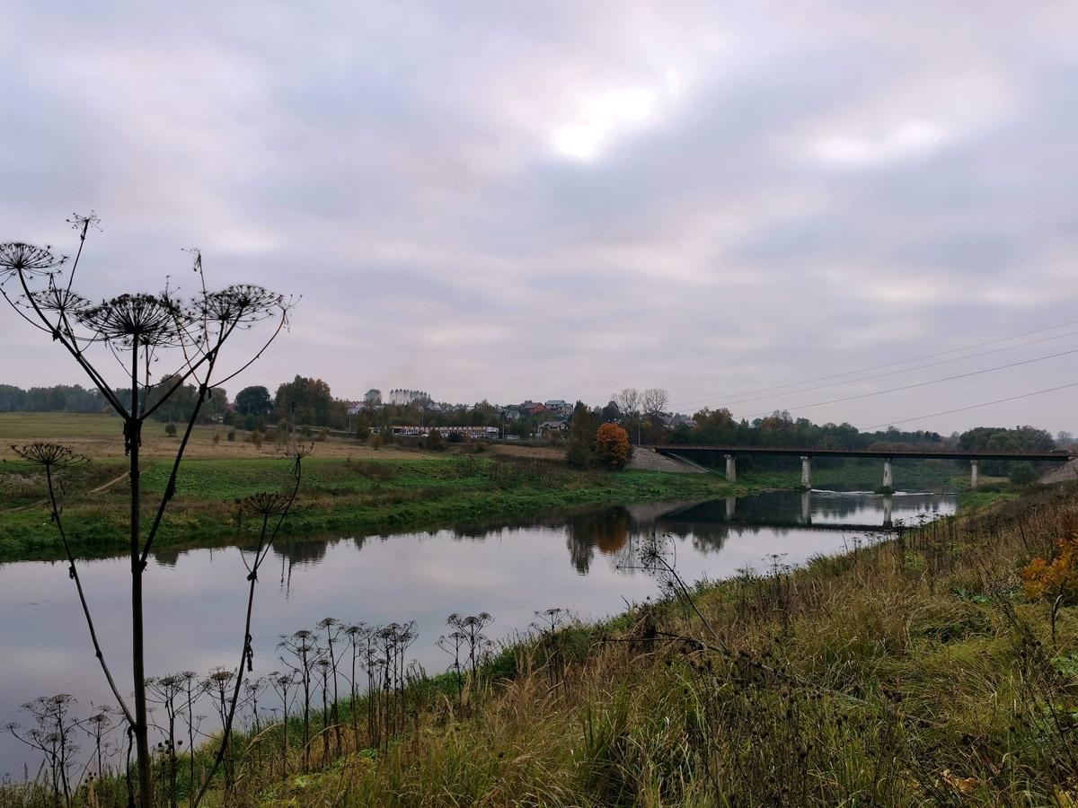Вечерело... По автомобильному мосту переходим на правый берег в поселок Тучково. Откуда на пригородной электричке возвращаемся в Москву.