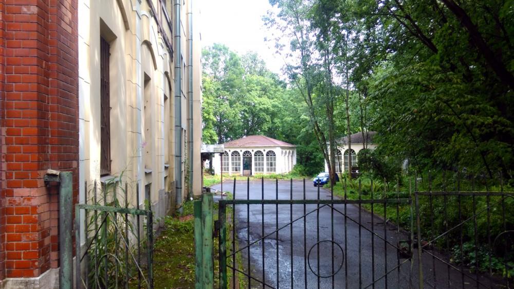Ворота и приоткрытая калитка в Сад Гвардейского магазина. Видны Садовые павильоны.