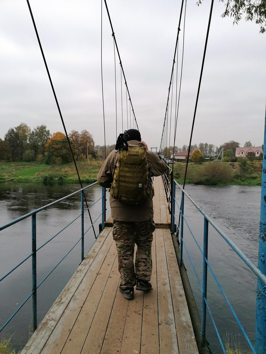 Иду по мосту на левый берег. На фото видно, что висячая часть моста немного выше фиксированной. И да, при ходьбе мост раскачивается...