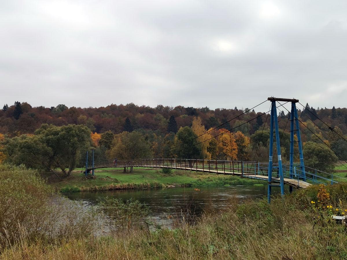 Красивый мост на фоне красивой осени... Еще бы солнце!