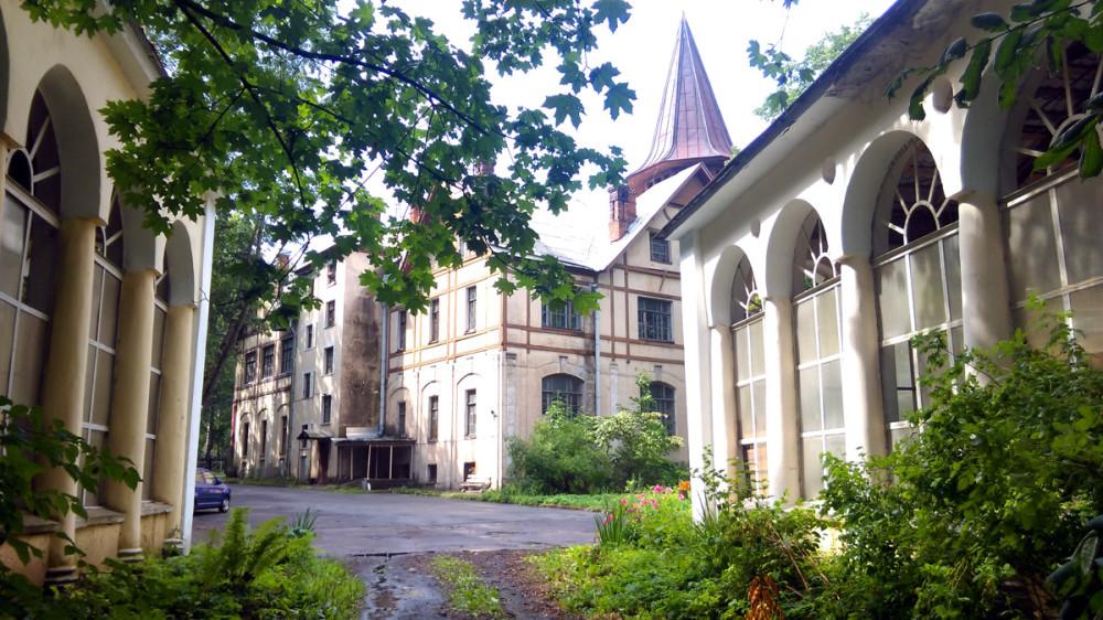 Вид на Главное здание со стороны сада.
