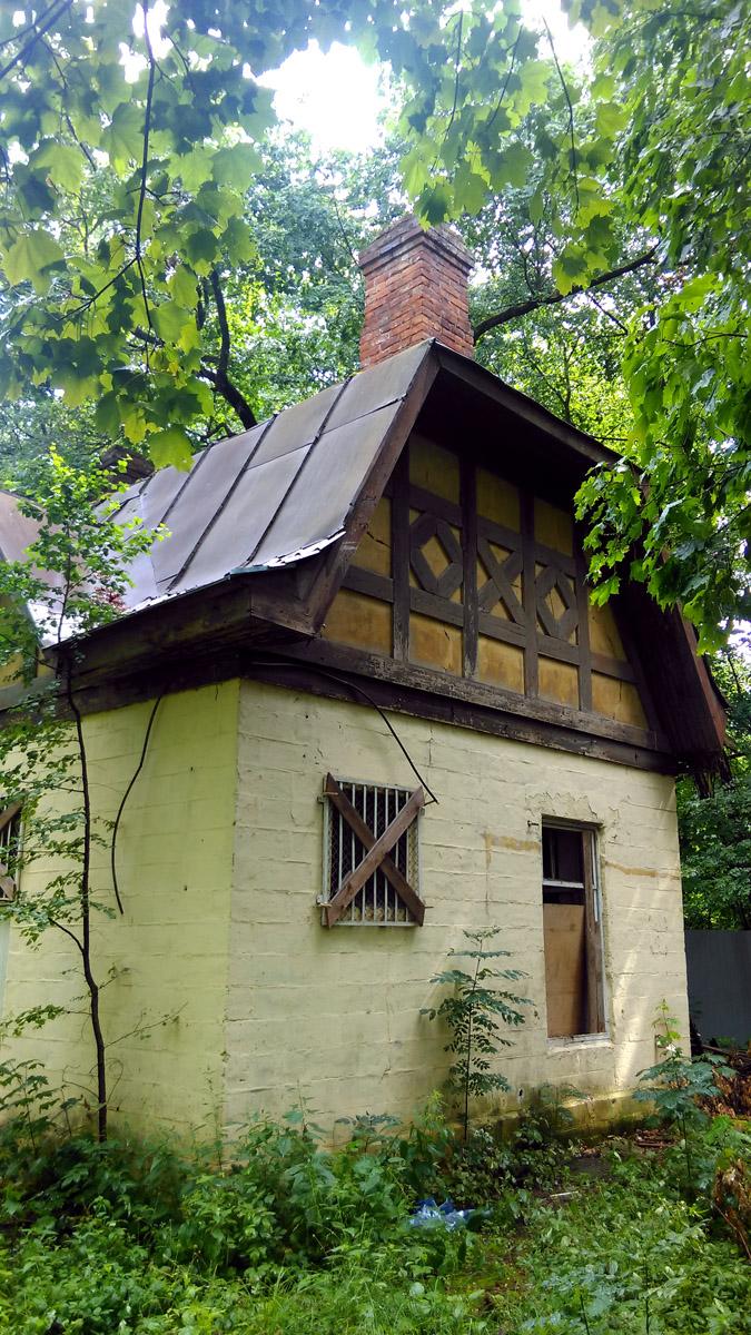 За Садовыми павильонами находится одноэтажный служебный флигель, в левой половине которого размещались лошади, в правой жили ямщики (сохранились старинные печи).