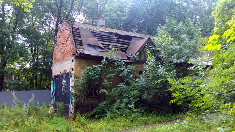 И если, треть здания, где жили ямщики, более-менее, в нормальном состоянии, то средняя часть флигеля уверенно превращается в руины.