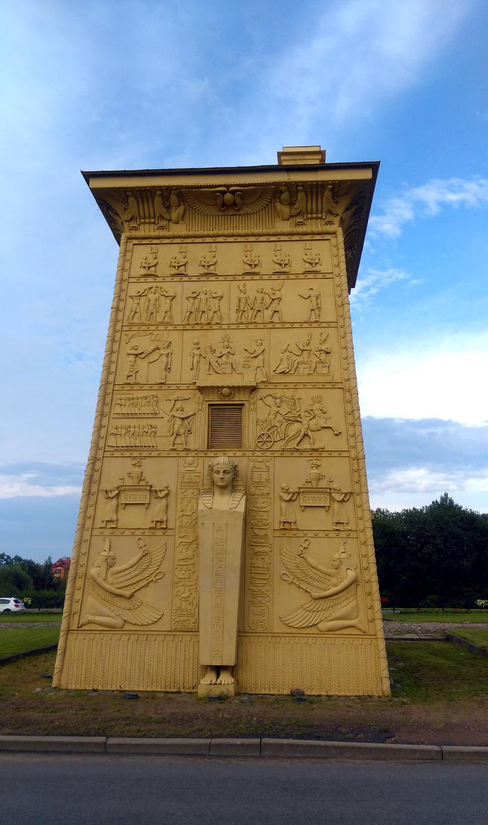 Стены башен облицованы чугунными плитами с сюжетам из древнеегипетской мифологии. Плиты и створки ворот были отлиты на Петербургском чугунолитейном заводе в  1827—1830 годах.