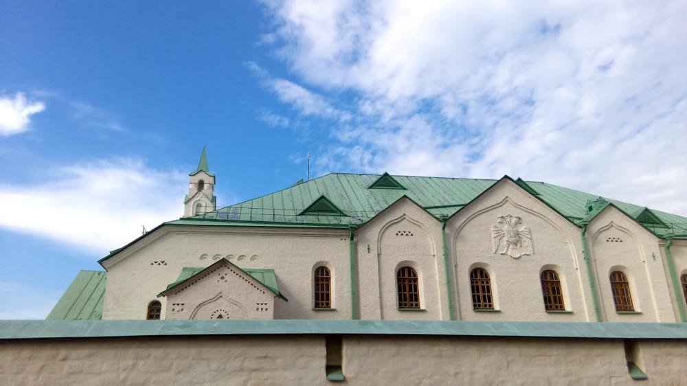 Здание Ратной палаты построено в форме неправильного многоугольника с внутренним двором. Основной доминантой построек является главное двухэтажное здание, на фасаде которого находится рельефное изображение двуглавого орла.