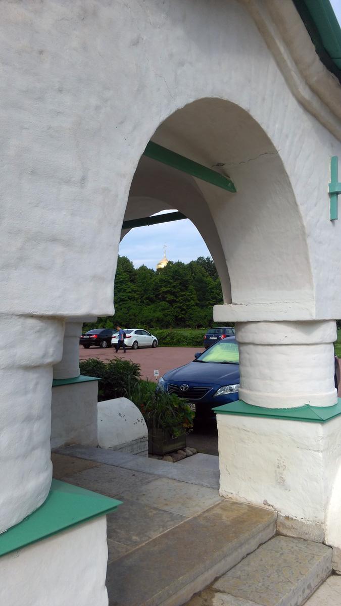 За деревьями виднеется купол Феодоровского Государева Собора. Когда я делал эти снимки, со стороны Собора доносился колокольный звон.