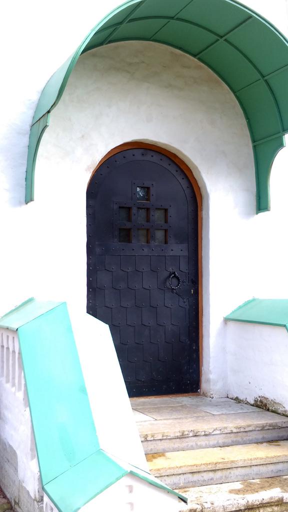 Еще одна дверь, на этот раз с крыльцом и перилами.