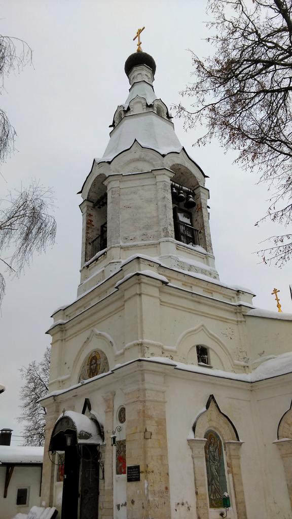 Колокольня и вход в церковь.