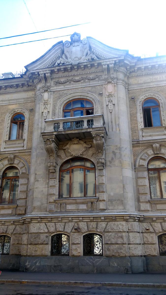 Дом больше похож на дворец. Это особняк Г. Г. Гильзе фан дер Пальса. Архитектор: Иогансен В. Год постройки: 1901-1902.