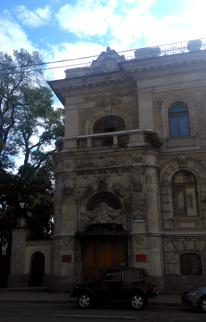 В 1910-х гг. здесь располагалось Нидерландское консульство. В годы Первой мировой войны в здании Нидерландского консульства располагался русско-голландский лазарет им. Императрицы Марии Федоровны. С 1939 года это здание бессменно занимает Военный комиссариат.