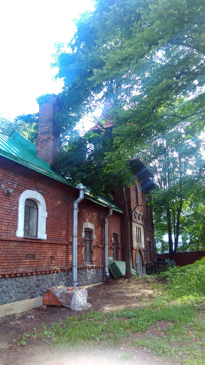 Судя по наличию материалов и состоянию зданий, здесь происходит медленная, но уверенная реставрация.