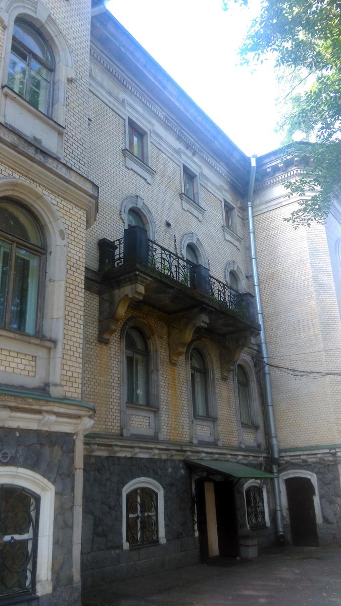 Потом переключаешь взгляд на решетки на окнах цоколя и ограждение балкона.