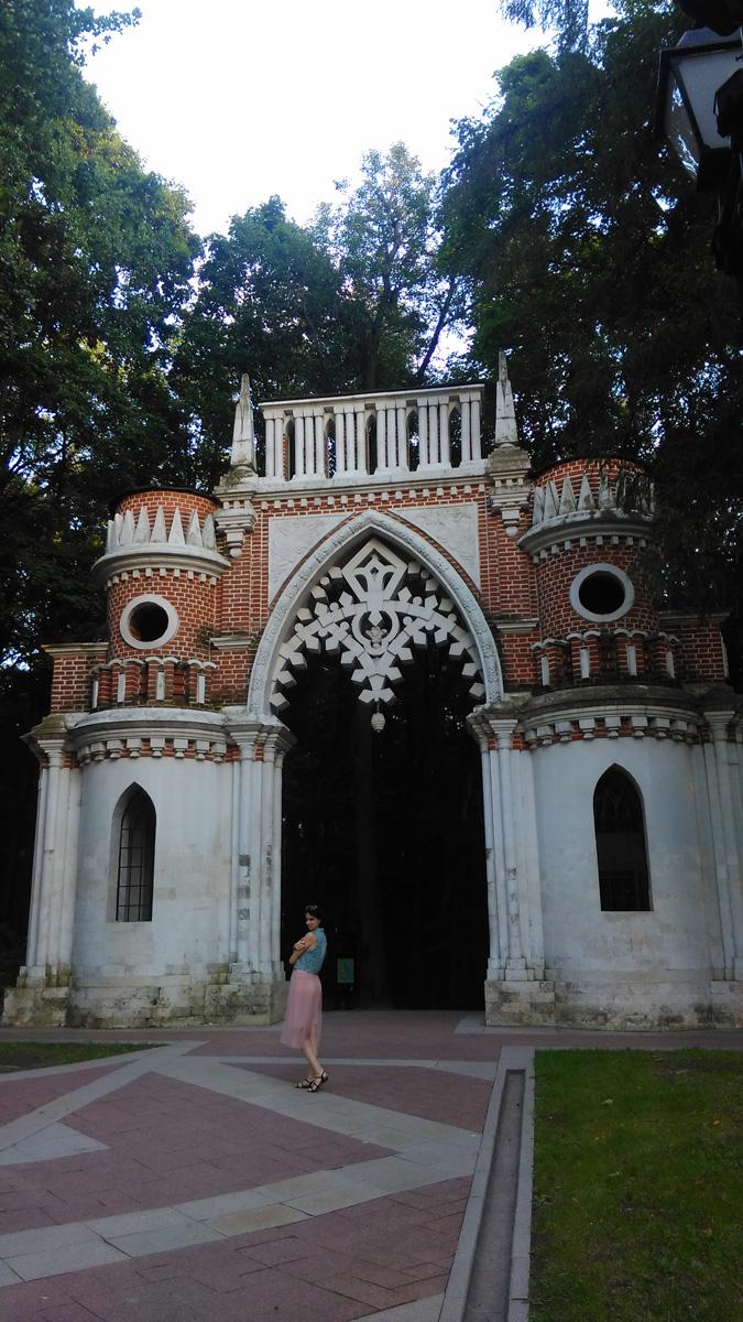 Фигурные (Виноградные) ворота построены в 1777-78гг, арх. В.И. Баженов. С фоткать без людей не удалось. Посетители позировали у ворот без остановки. Пришлось фотографировать так. Просто, выбрал модель покрасивее. )))