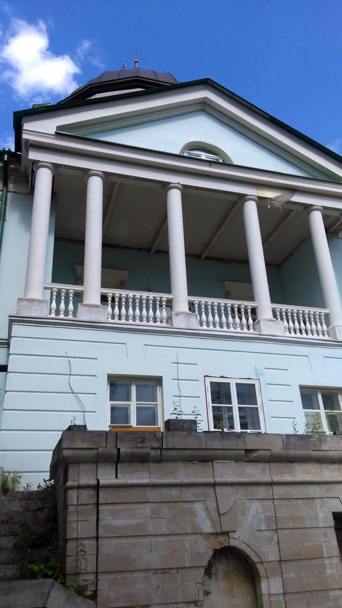 Главный дом усадьбы «Петровское» (конец XVIII в.) (Лыткарино) Так и стоит заброшенный после почти доделанной реставрации и продолжает разрушаться....