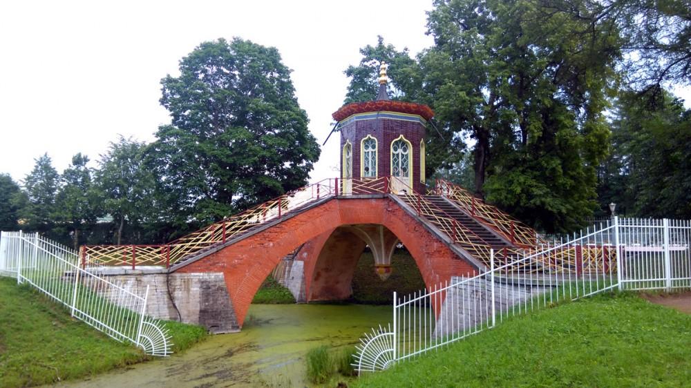 Рядом в Александровском парке не менее интересный Крестовый мост с беседкой. Увы подходы к нему перекрыты, а а у дверей красиво расставлены лопаты и метелки.