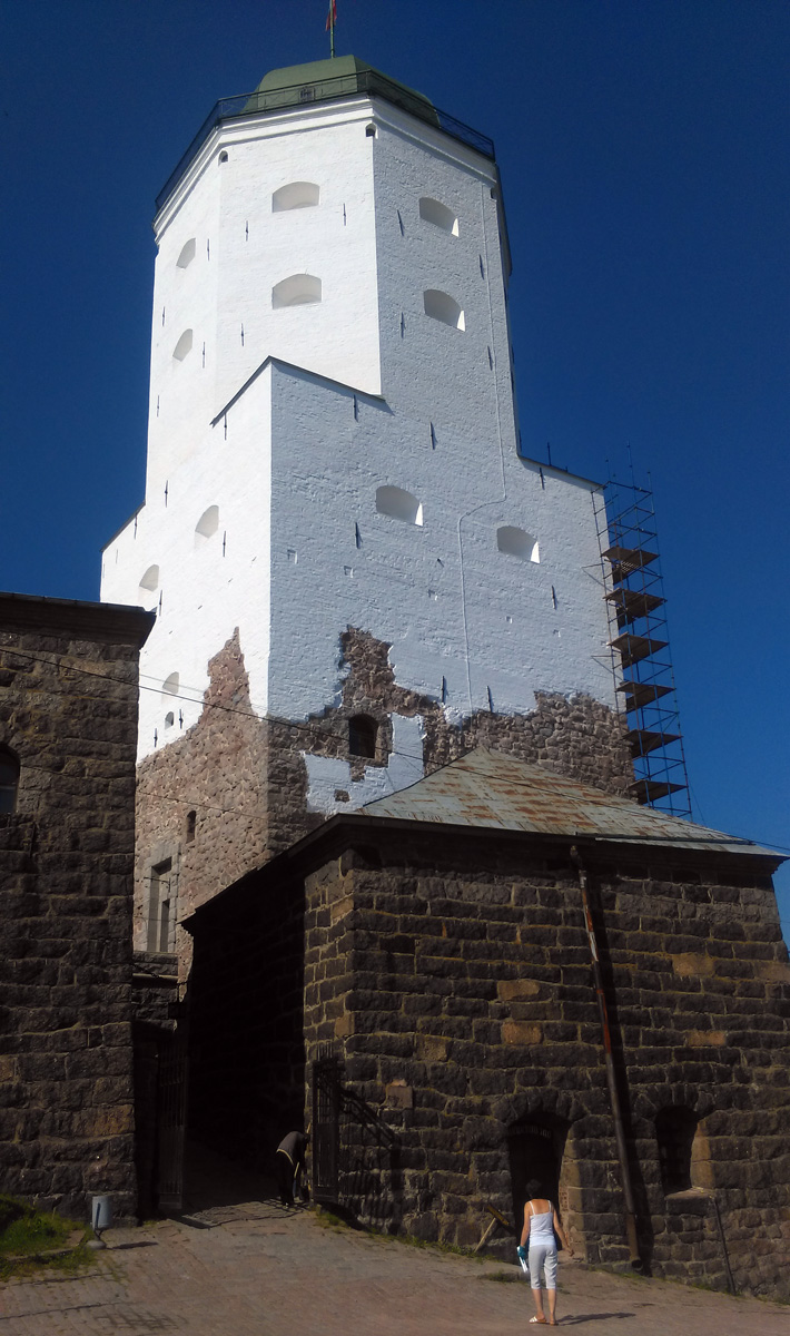 Выборгский замок. Основан в 1293 г., дважды серьезно перестраивался (в XVI в. с целью приспособления к новым условиям ведения военных действий с применением артиллерии, в 1890-х годах - после двух опустошительных пожаров середины века).