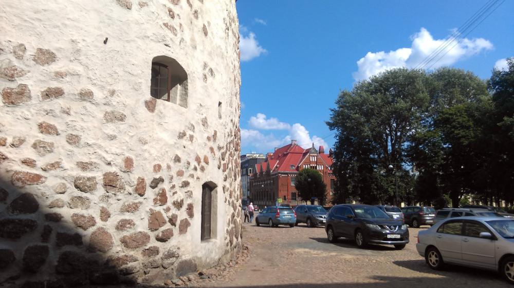 Круглая башня (Выборг) Возведена в 1547—1550 годах. На заднем плане Здание бывшего Выборгского отделения Банка Финляндии (Suomen Pankki). Здание построено в 1910 году.