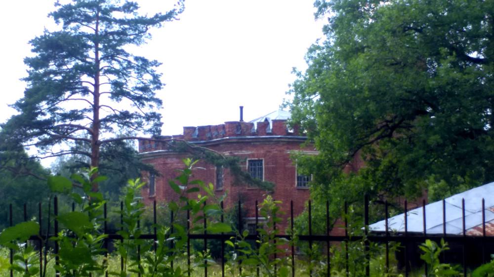 На территории бывшего Зверинца, недалеко от северной границы Александровского парка, расположено здание Пенсионерной конюшни.
