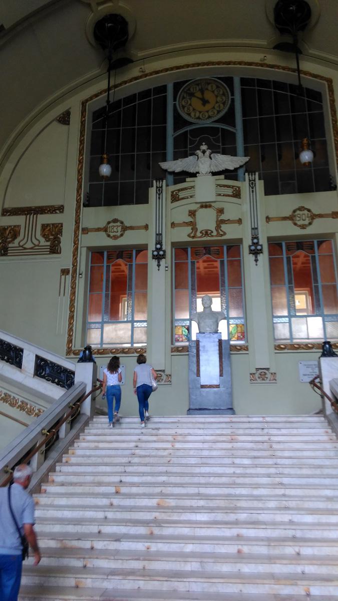 Основная часть - огромный вестибюль с парадной лестницей. Высота зала более двадцати метров, он перекрыт металлическим куполом.