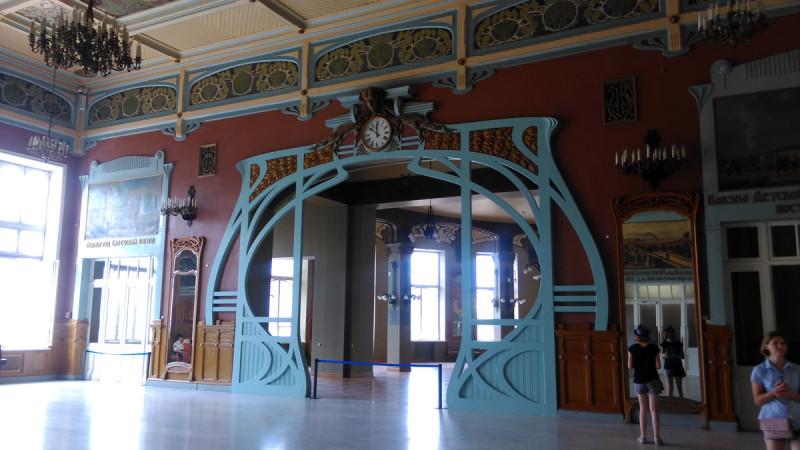 Картинный зал Витебского вокзала служил залом ожидания пассажиров первого класса. Он расположен на втором этаже.